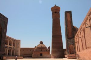 Minarete exterior de la mezquita. Bukhara
